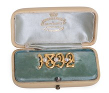 "Pearl Brooch ""1892"" in Carved Box"